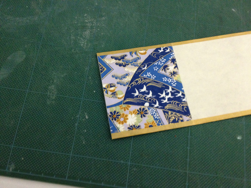和紙に金テープを貼り付ける